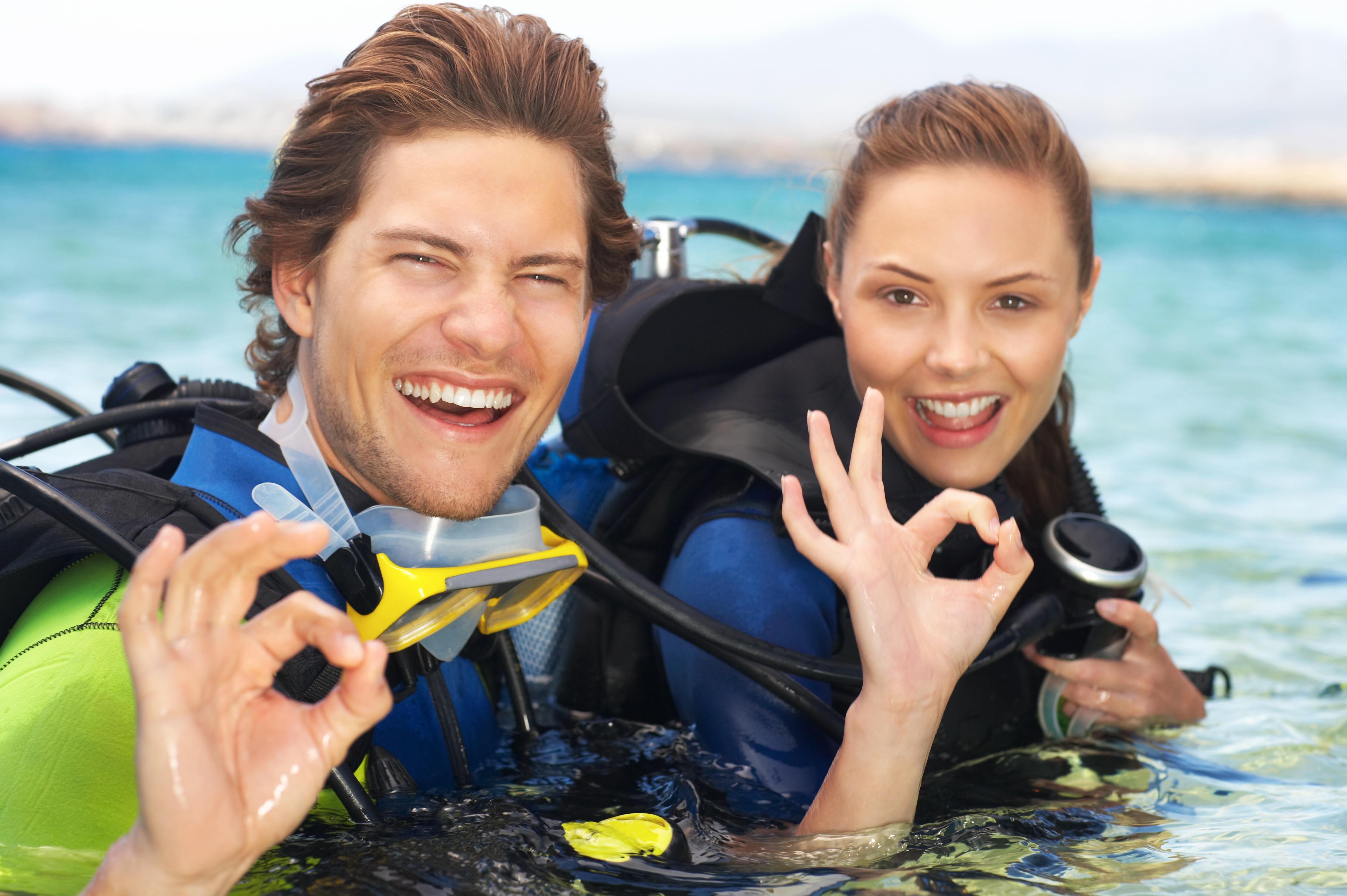 海遊びをするカップル