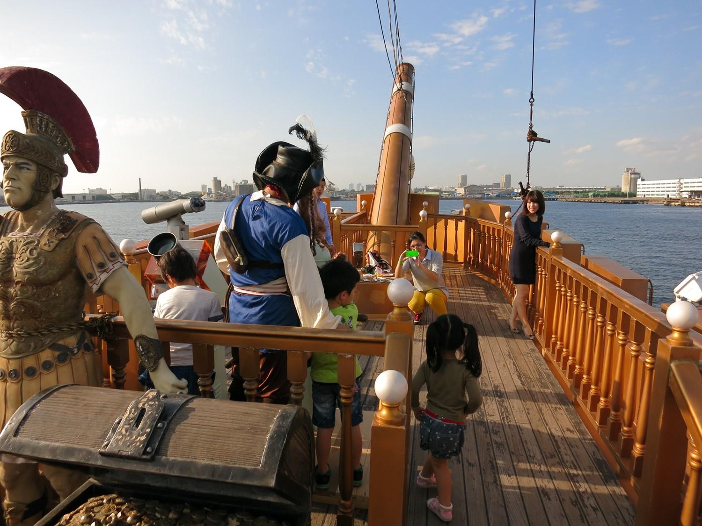 横浜港周辺を周遊する海賊船クルーザー