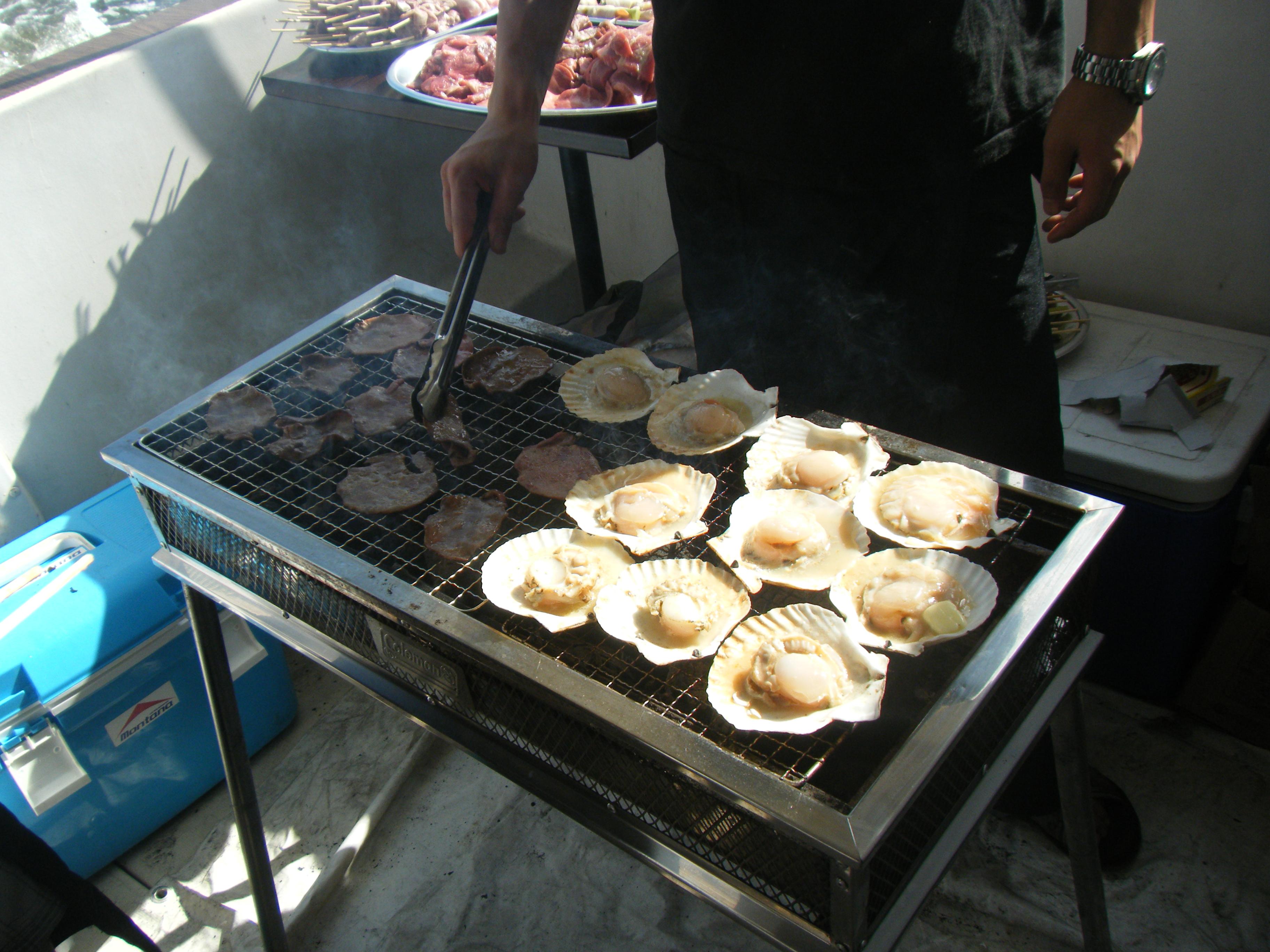 バーベキュークルージングで貝を焼いている
