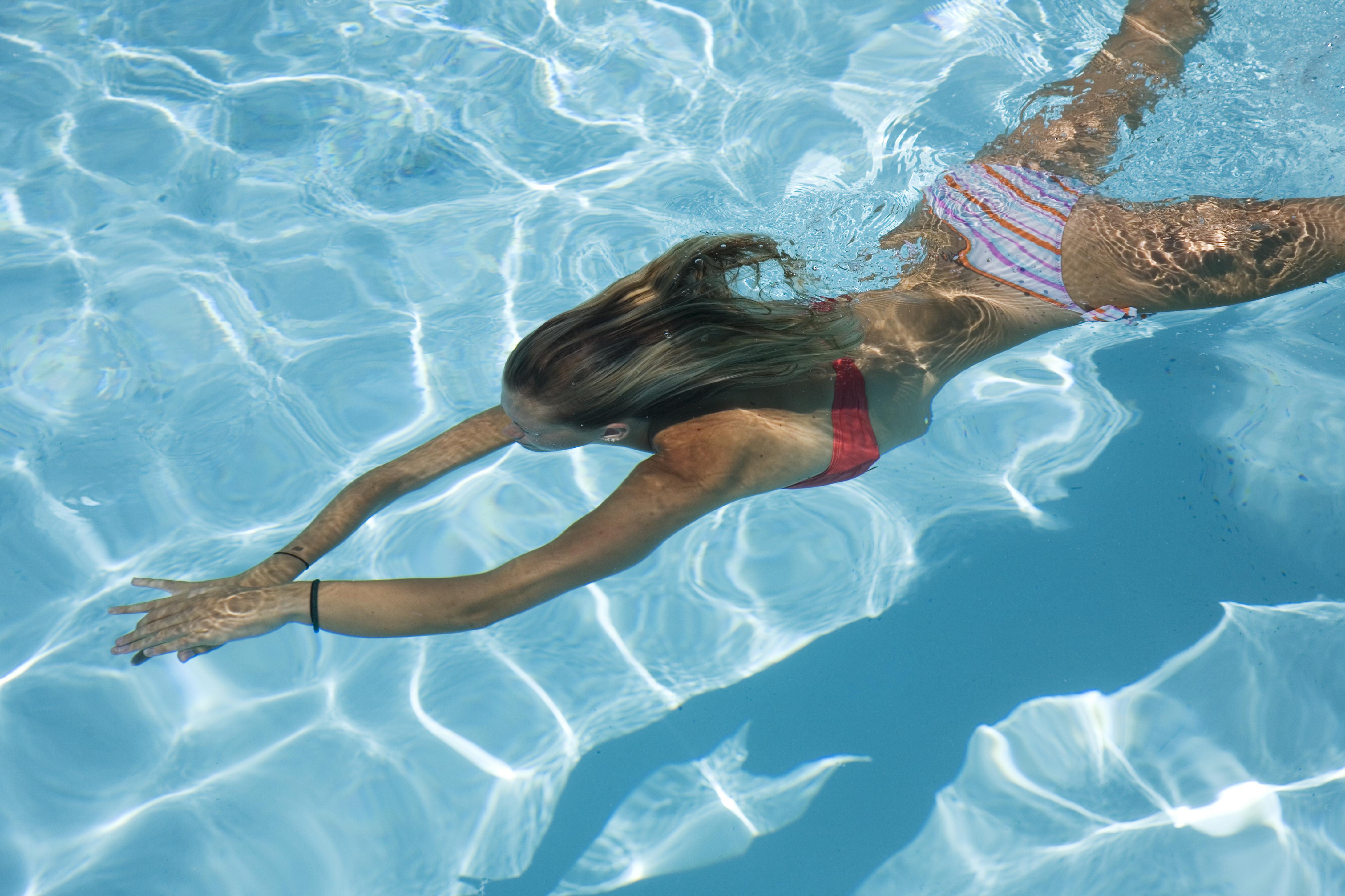 水中を泳いでいる女性