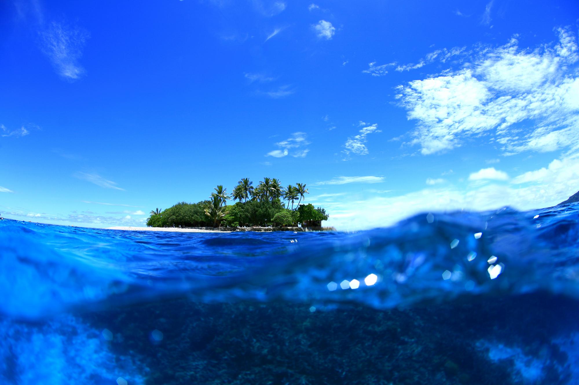 青い海と浮かぶ島