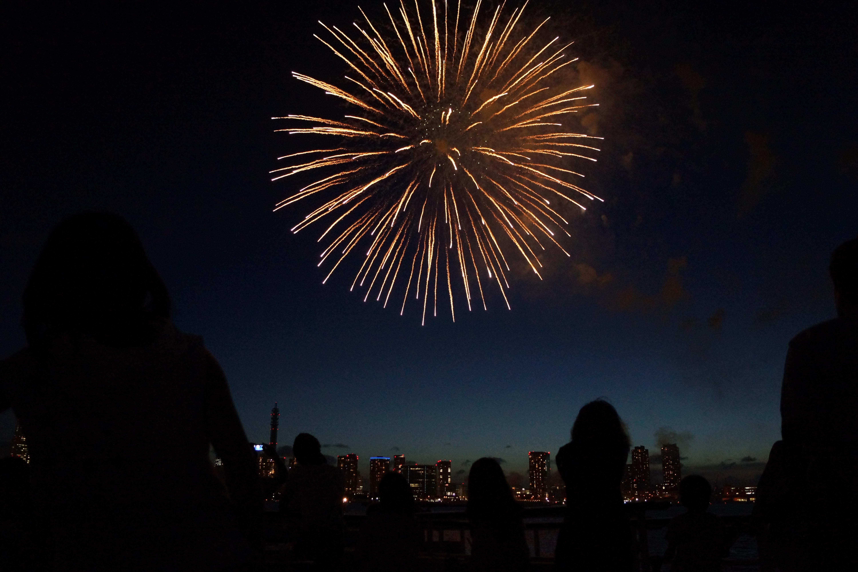 花火が輝いている椅子写真