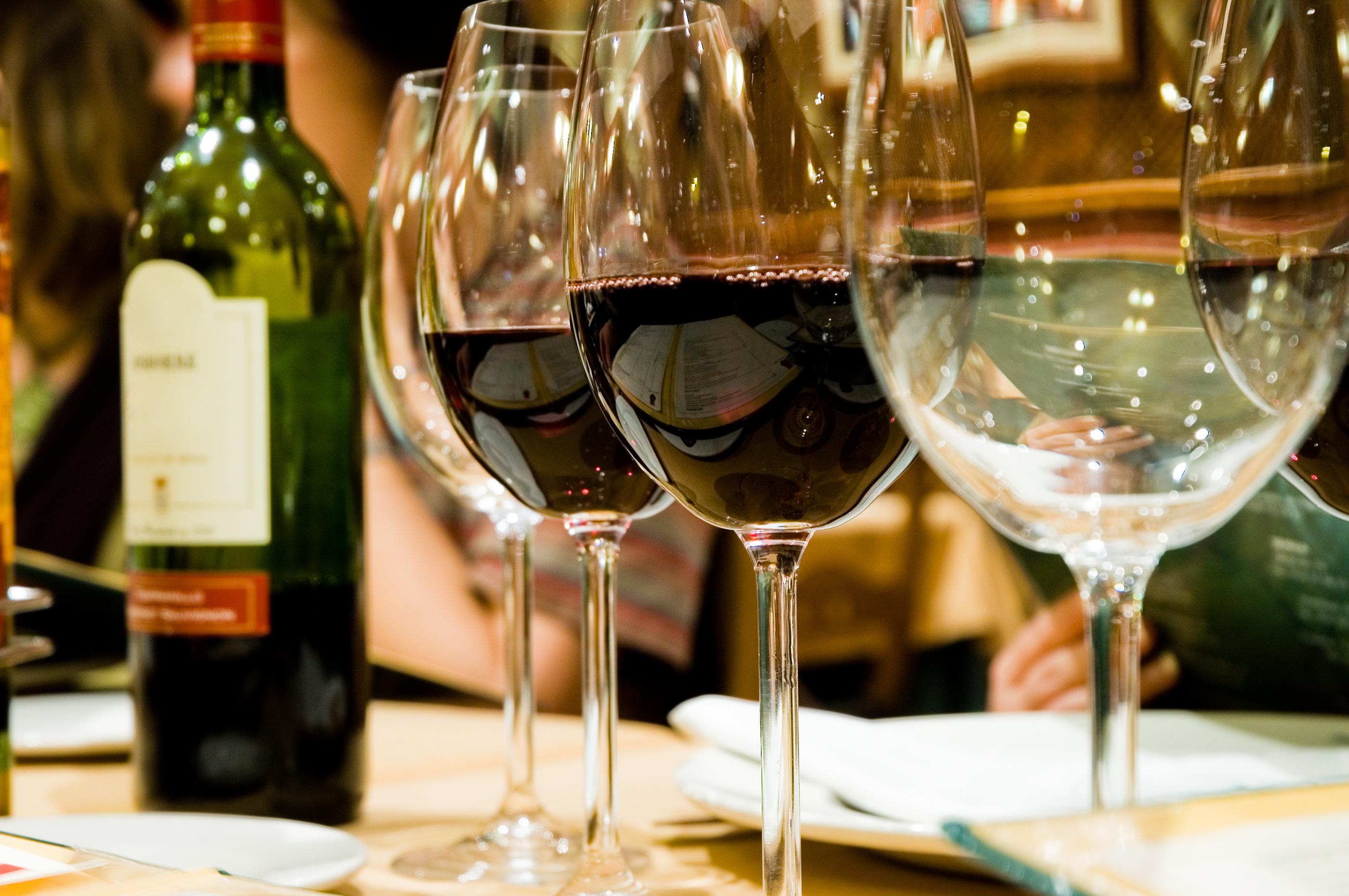 グラスに入ったワインとワインボトル