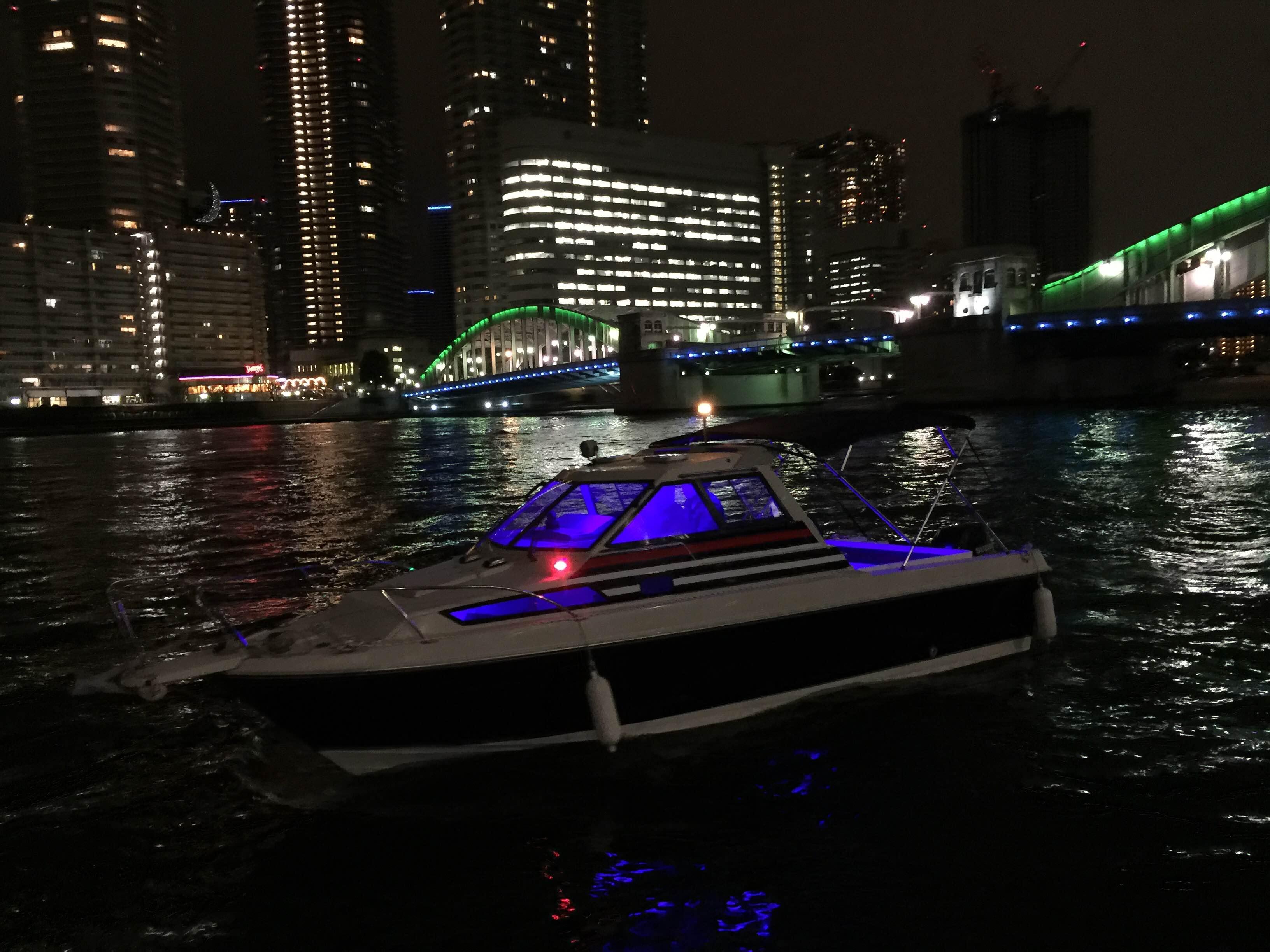 夜の水辺に浮かぶ船