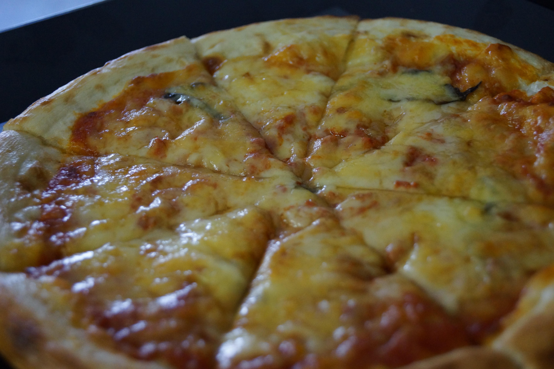 焼きたてのピザ