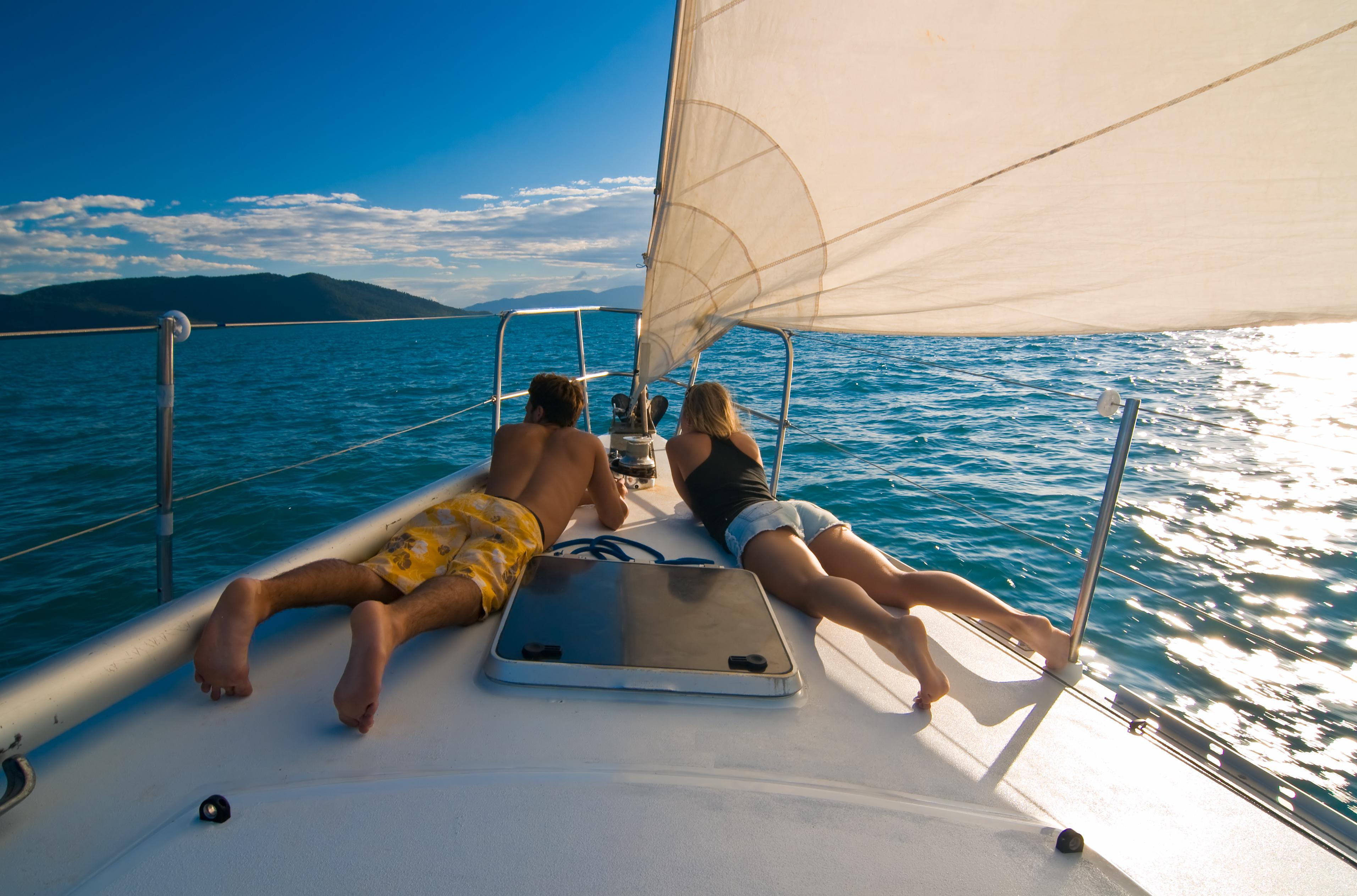 ヨットでカップルがいちゃついている様子
