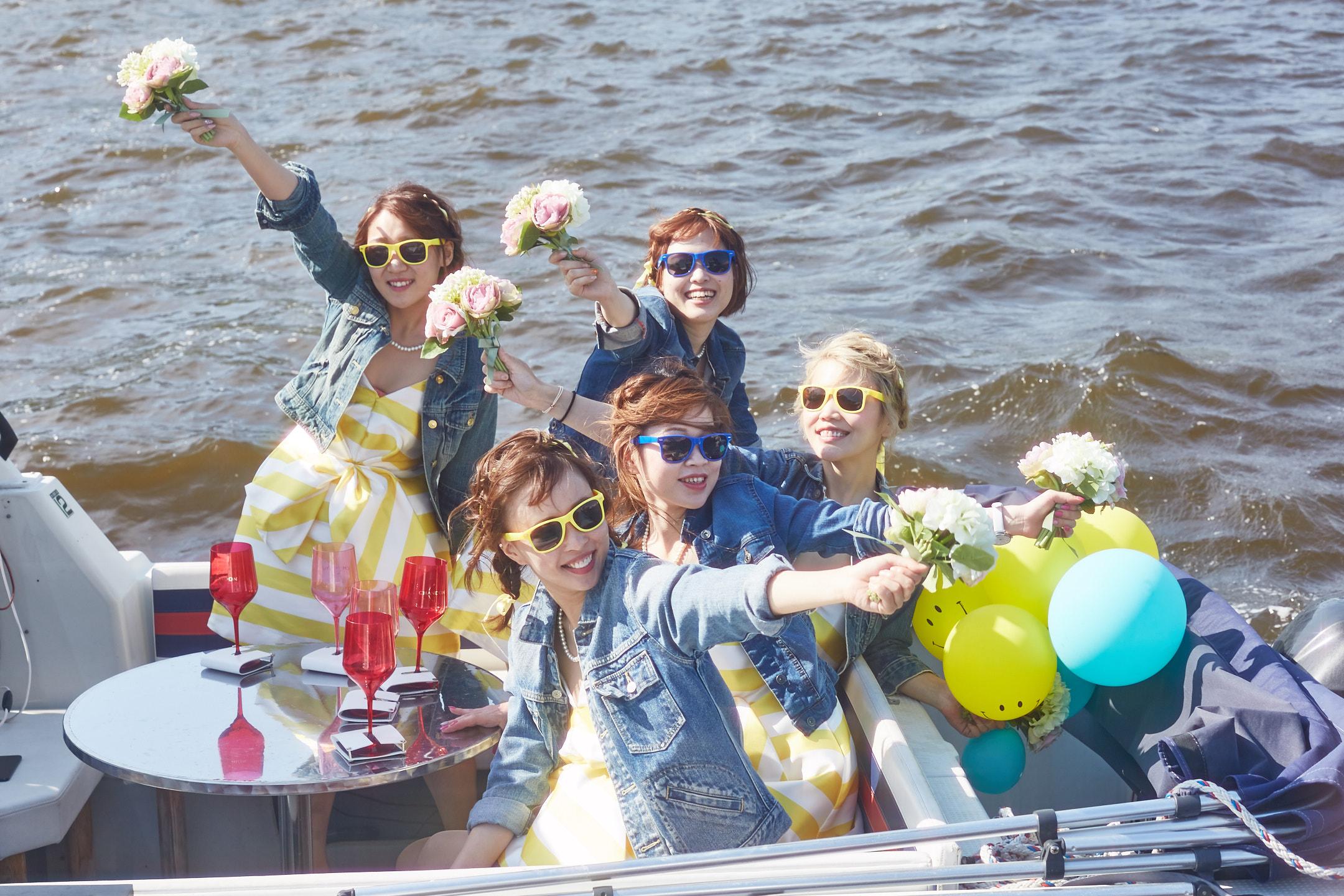 船上で楽しむ女性グループ