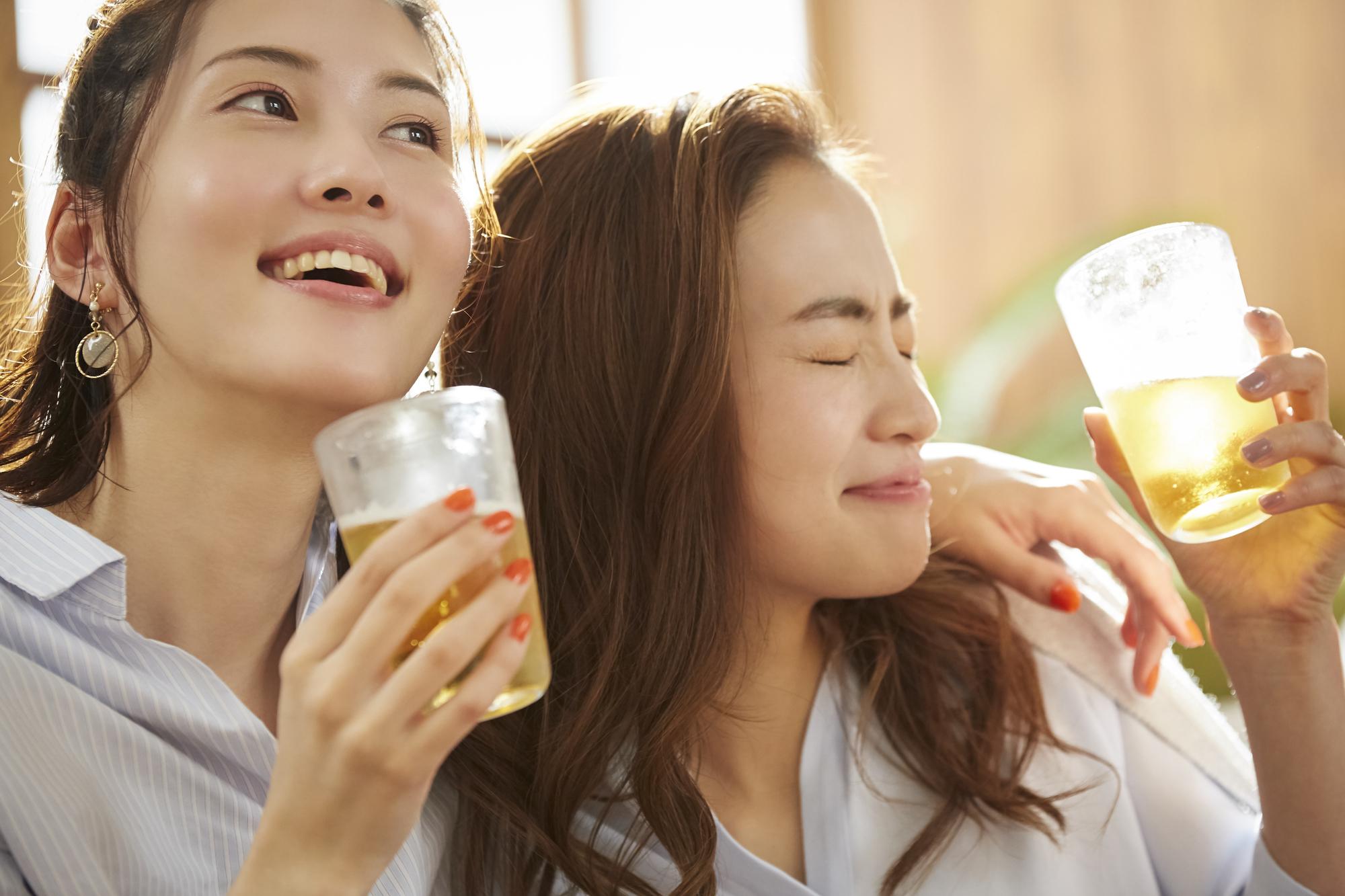 女性二人でお酒を飲むシーン