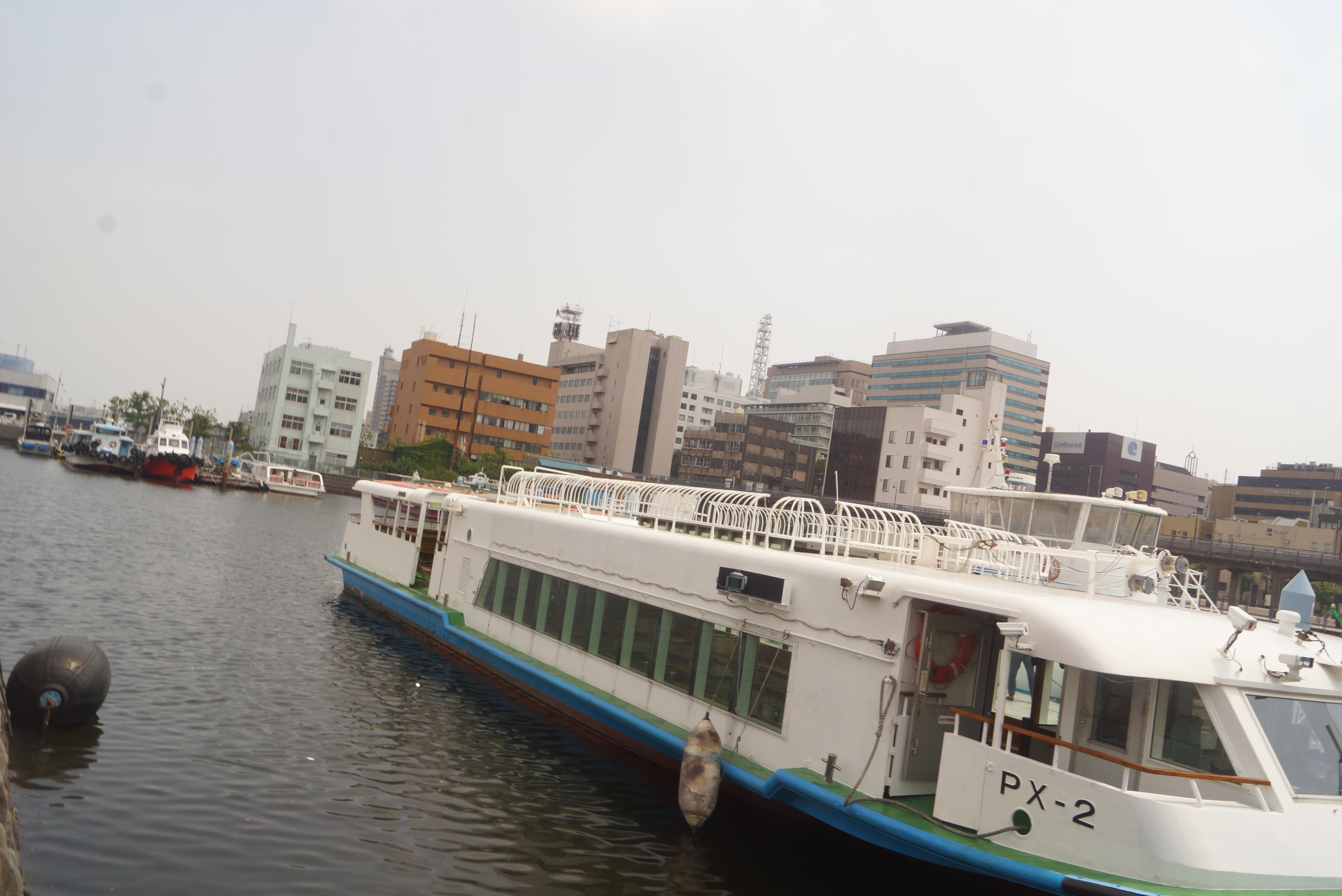水辺に停まっている船
