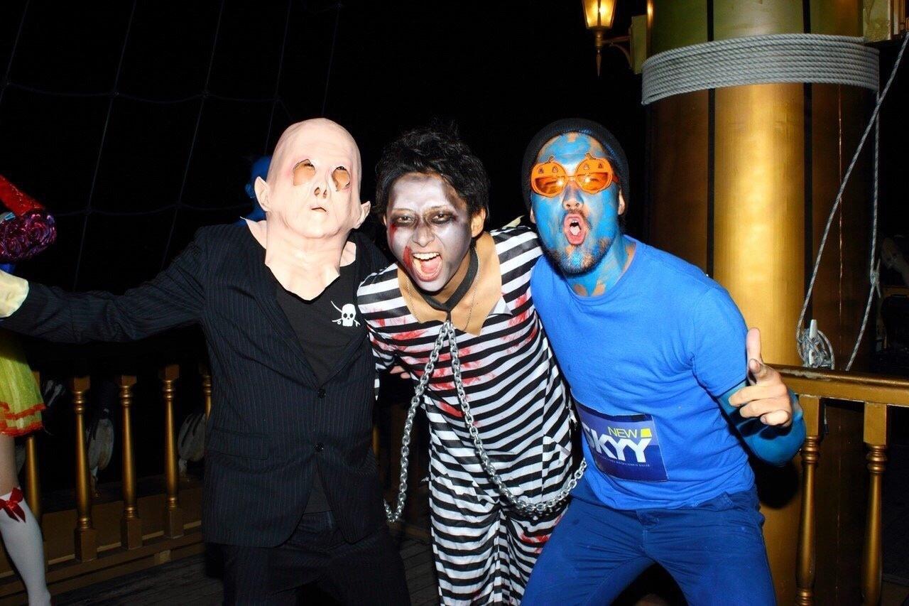 仮装をして楽しんでいる3人組