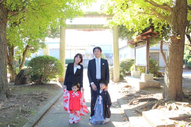鳥居の前で記念撮影をする家族