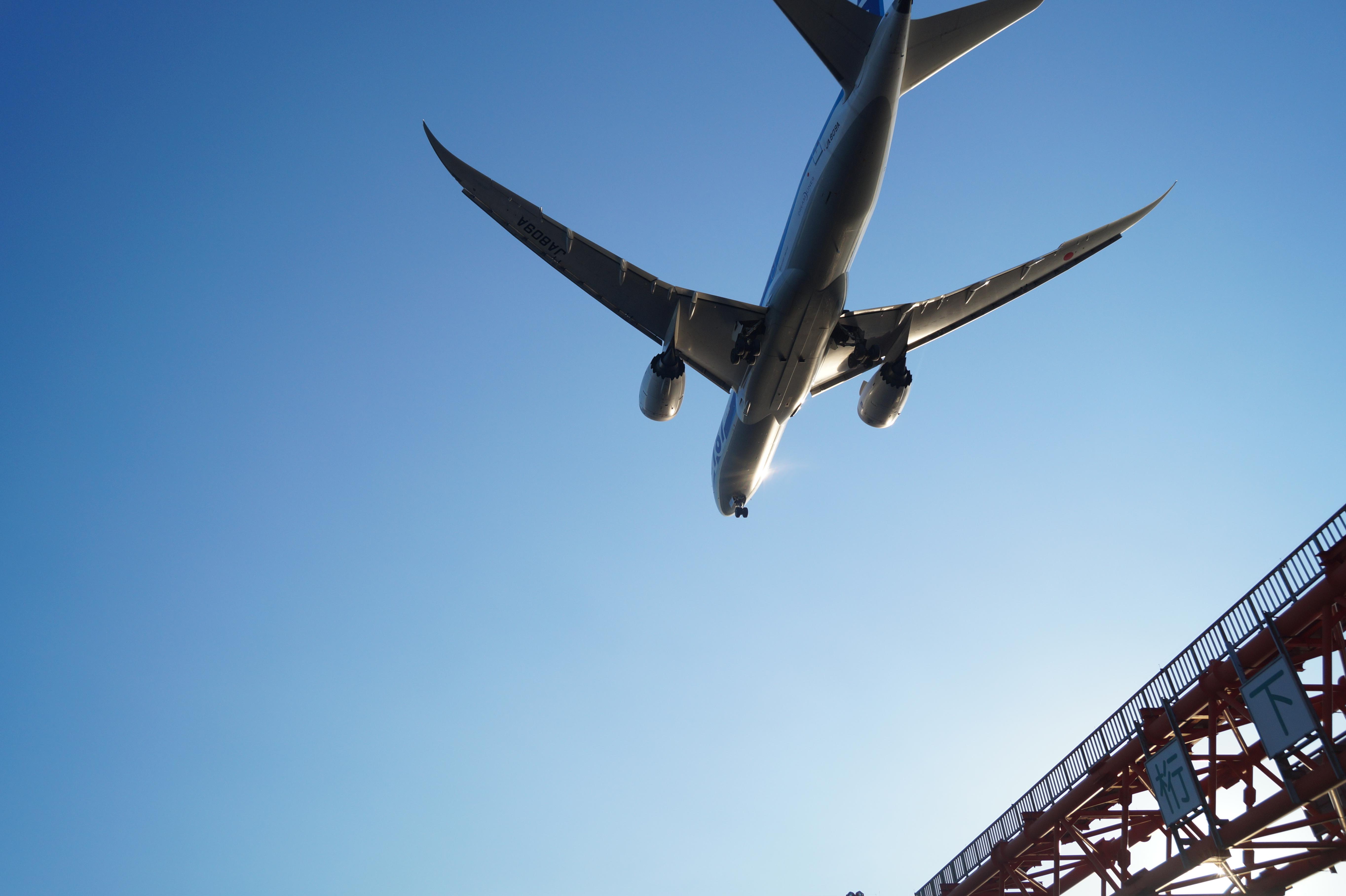 下から見上げる飛行機
