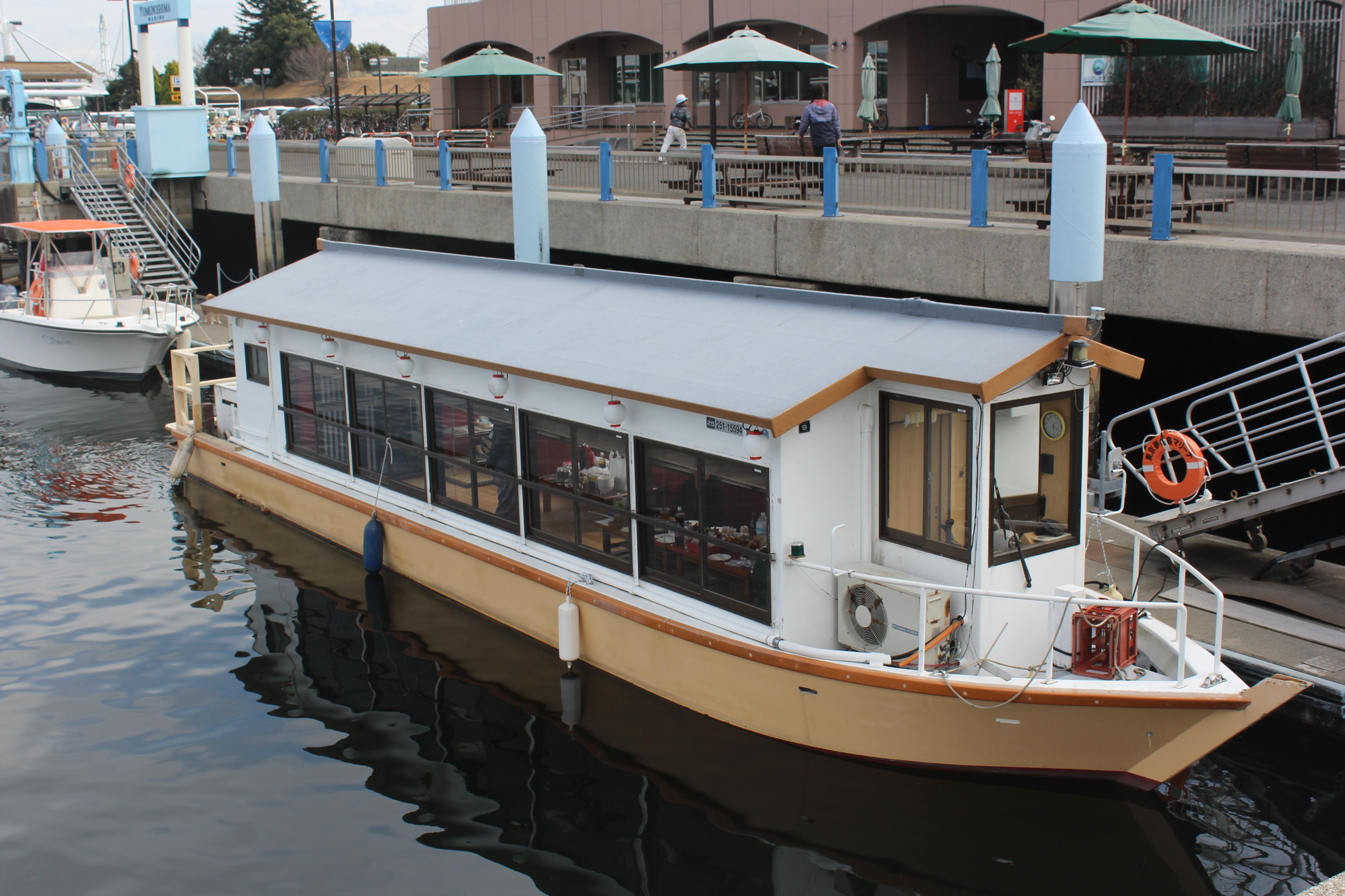 停泊している屋形船