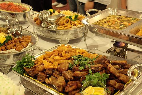 テーブルに並べられたビュッフェ料理