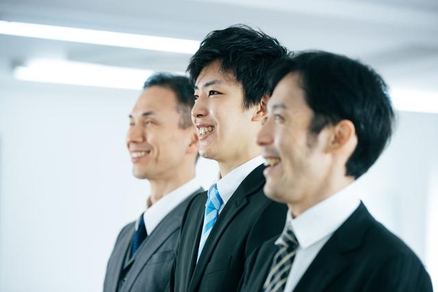 スーツを着た男性3人