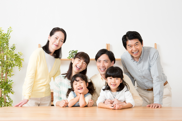 3代で家族写真を撮る家族