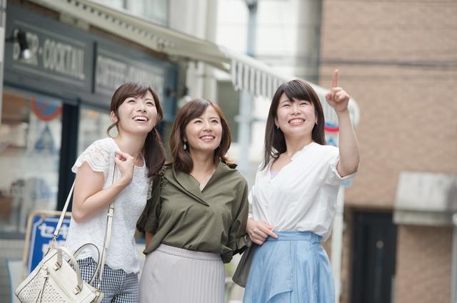 観光を楽しむ3人の女性