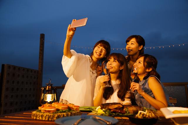 食事中の写真をとる女性グループ
