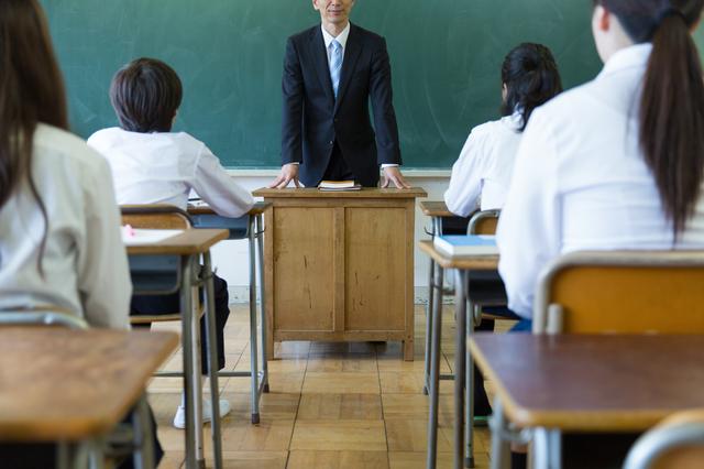 教室内の先生と生徒