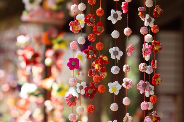 上からたれている花の飾り物