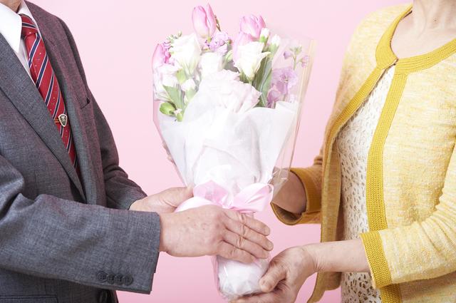 女性に花束を贈る男性