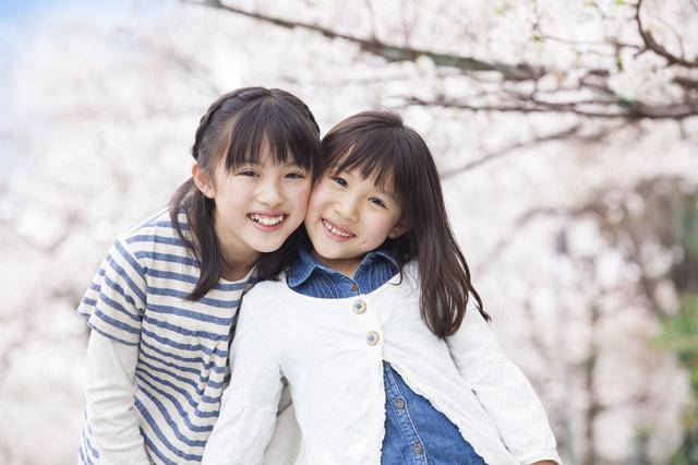 桜の下で姉妹のツーショット