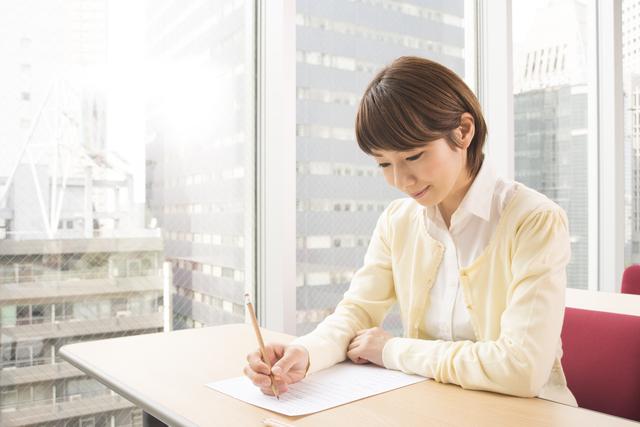 試験勉強をする女性