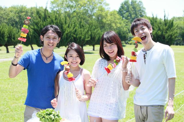 夏にバーベキューを楽しむグループ
