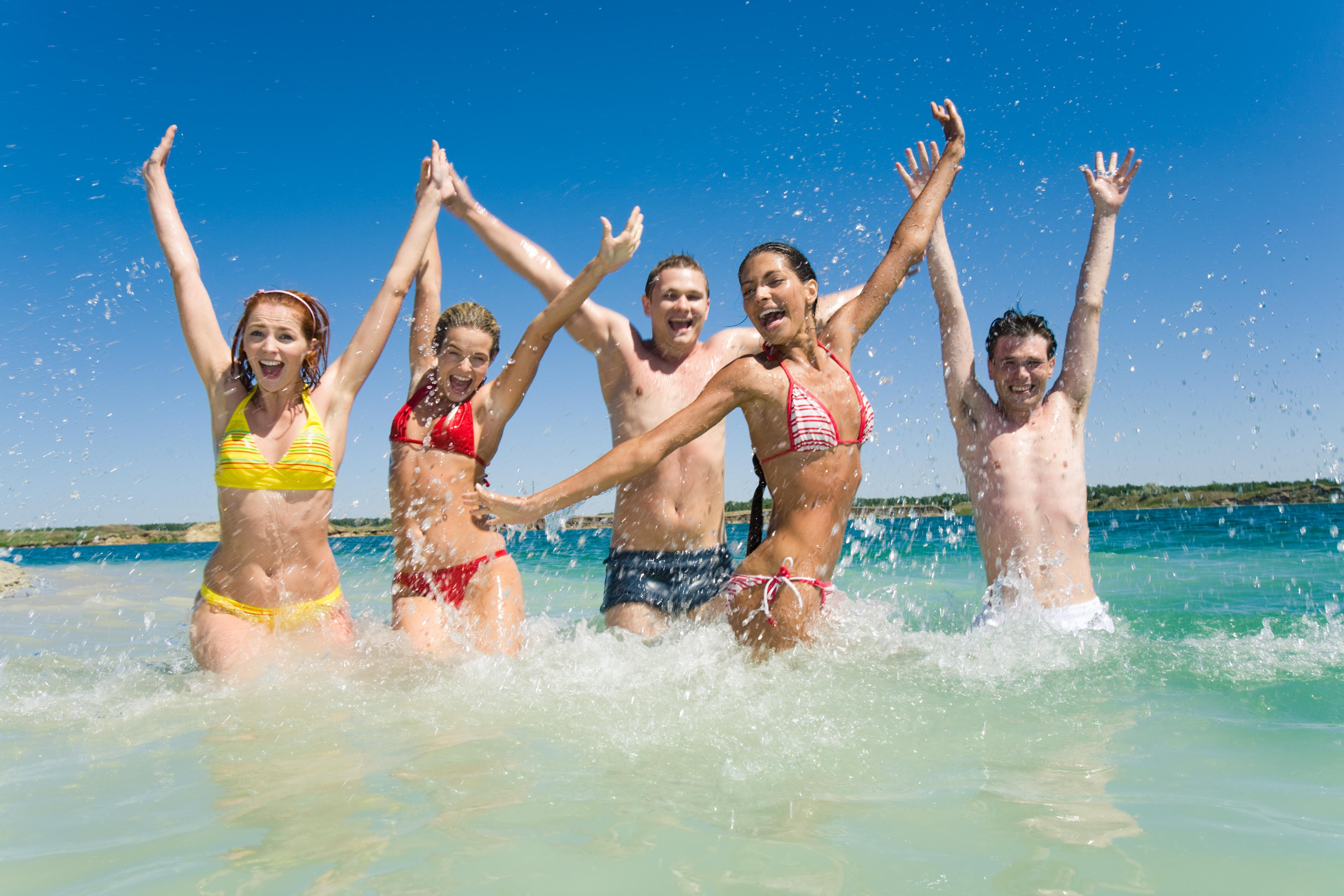 海水浴を楽しむグループ