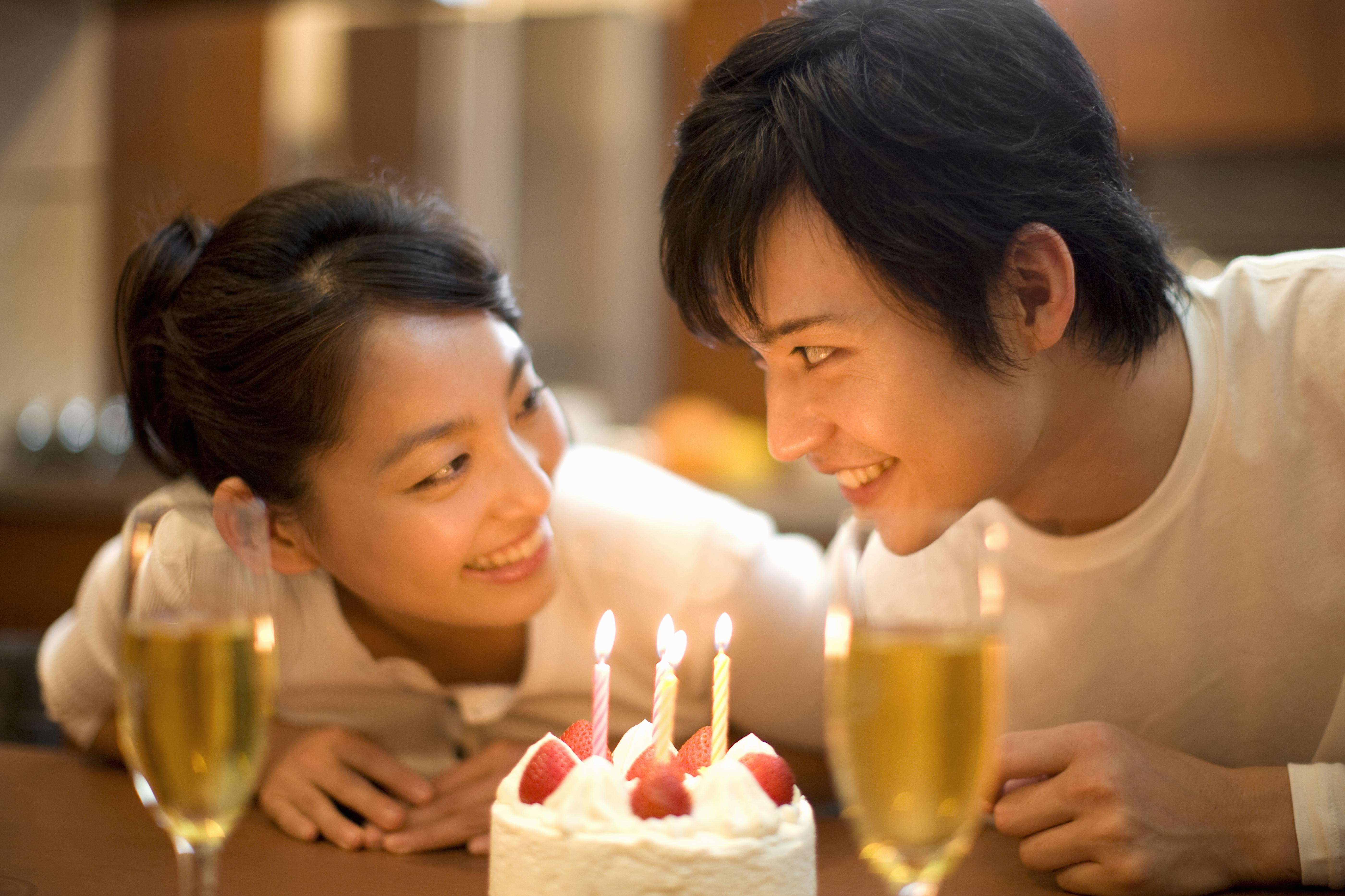 記念日を祝うカップル