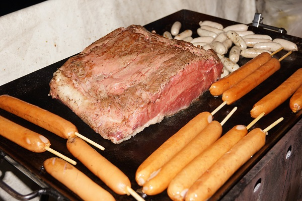 船上バーベキューで焼かれる肉