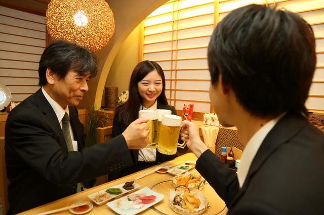 居酒屋で乾杯するサラリーマン