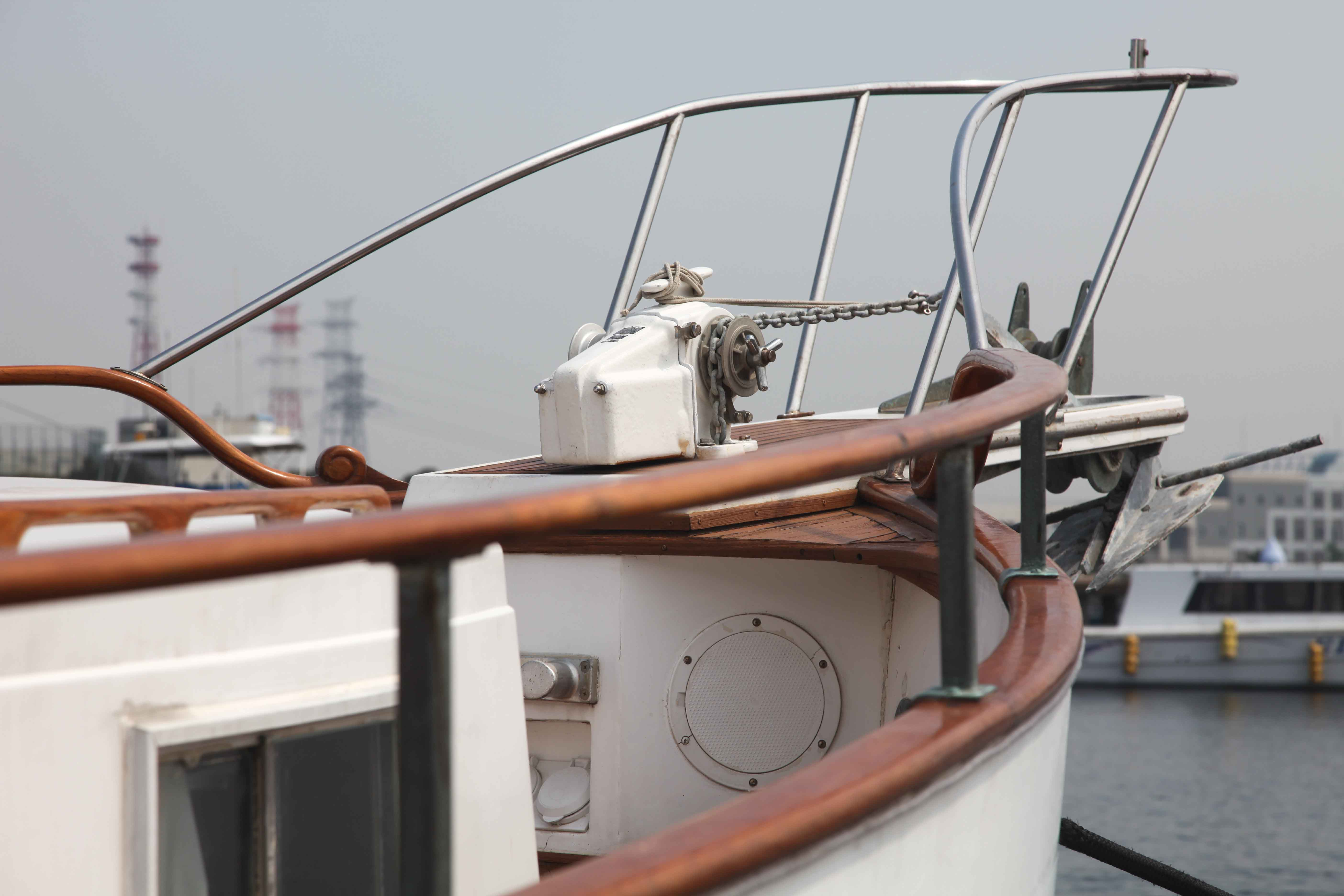 クルーザーの船首