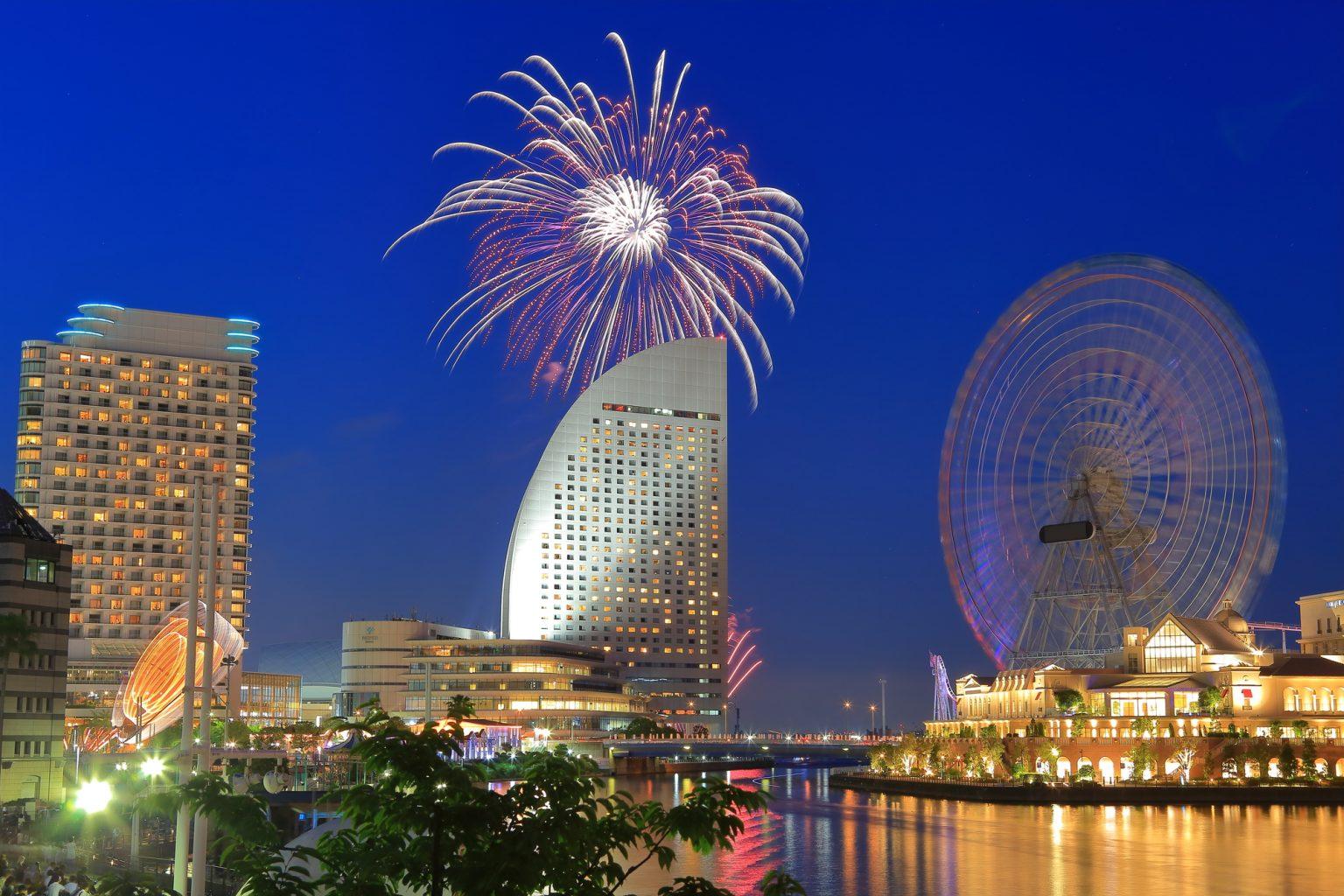 横浜開港祭の花火とランドマークタワー