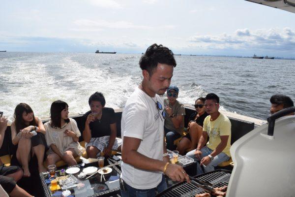 船上でのバーベキュー風景