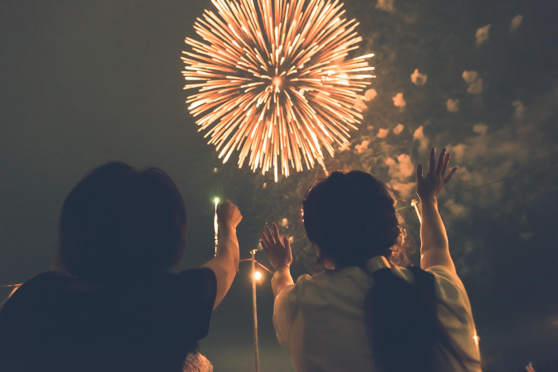 二人で花火を見る