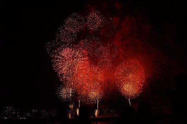 夜空に打ち上がる花火の風景