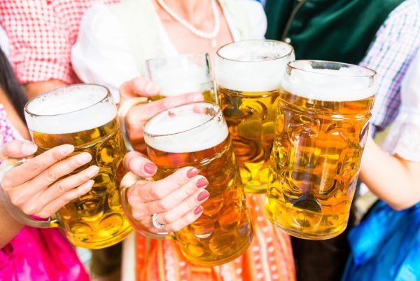 ビールジョッキで乾杯している風景
