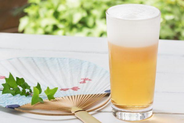 うちわとジョッキのビールで涼し気な写真