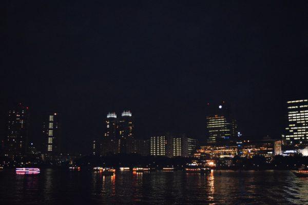 海の上から眺める横浜の夜景