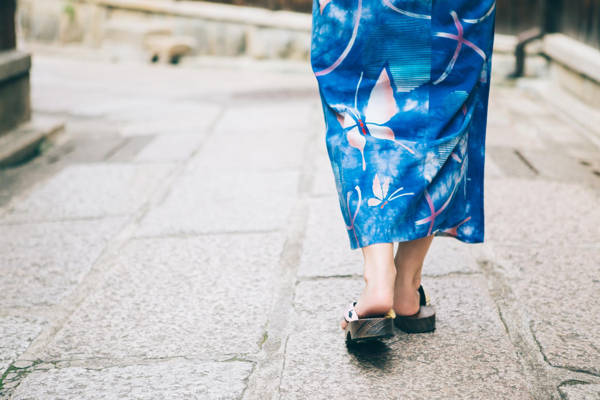 浴衣のお女性が歩いている風景