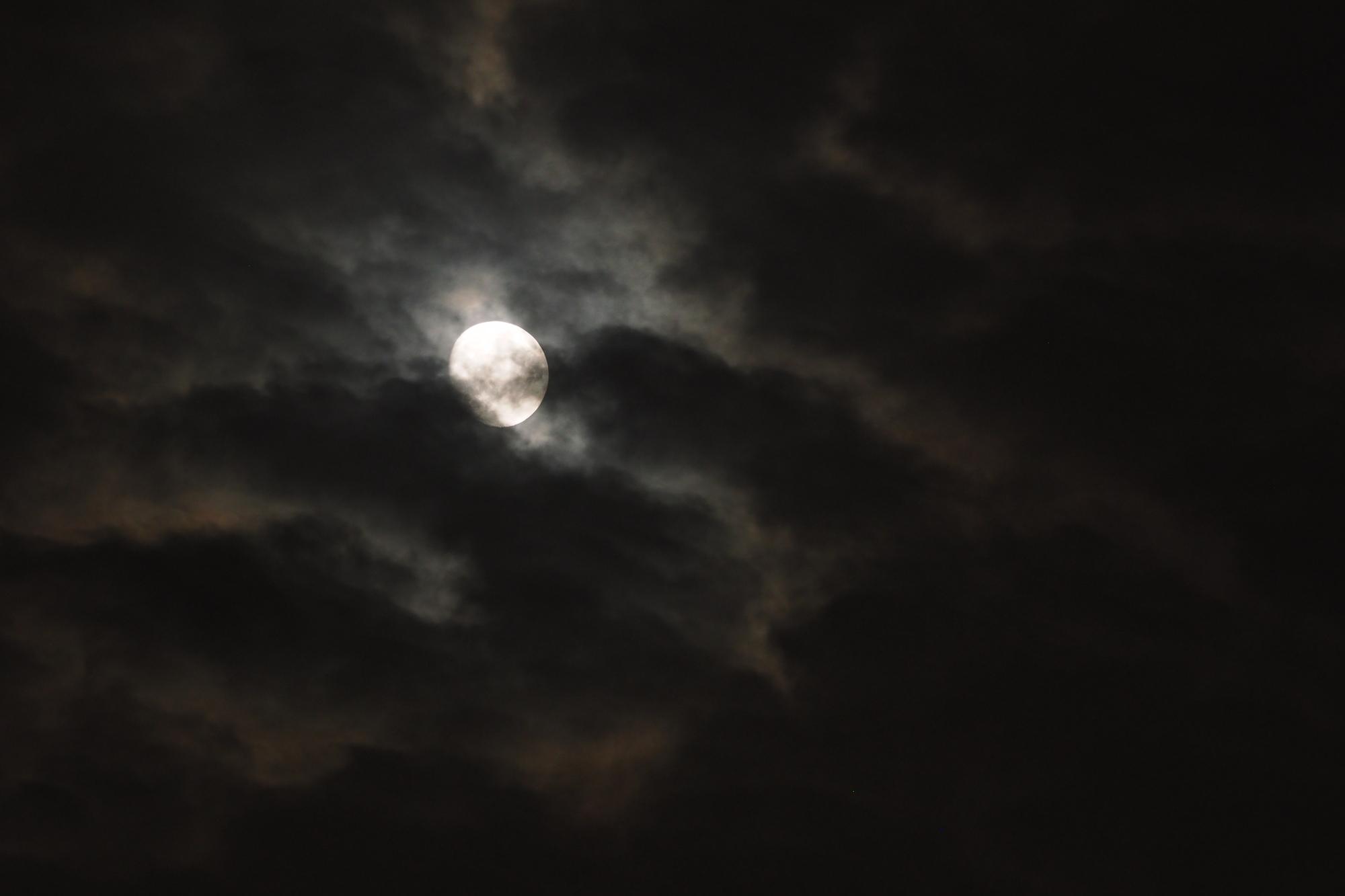 雲の隙間から見えるお月さま
