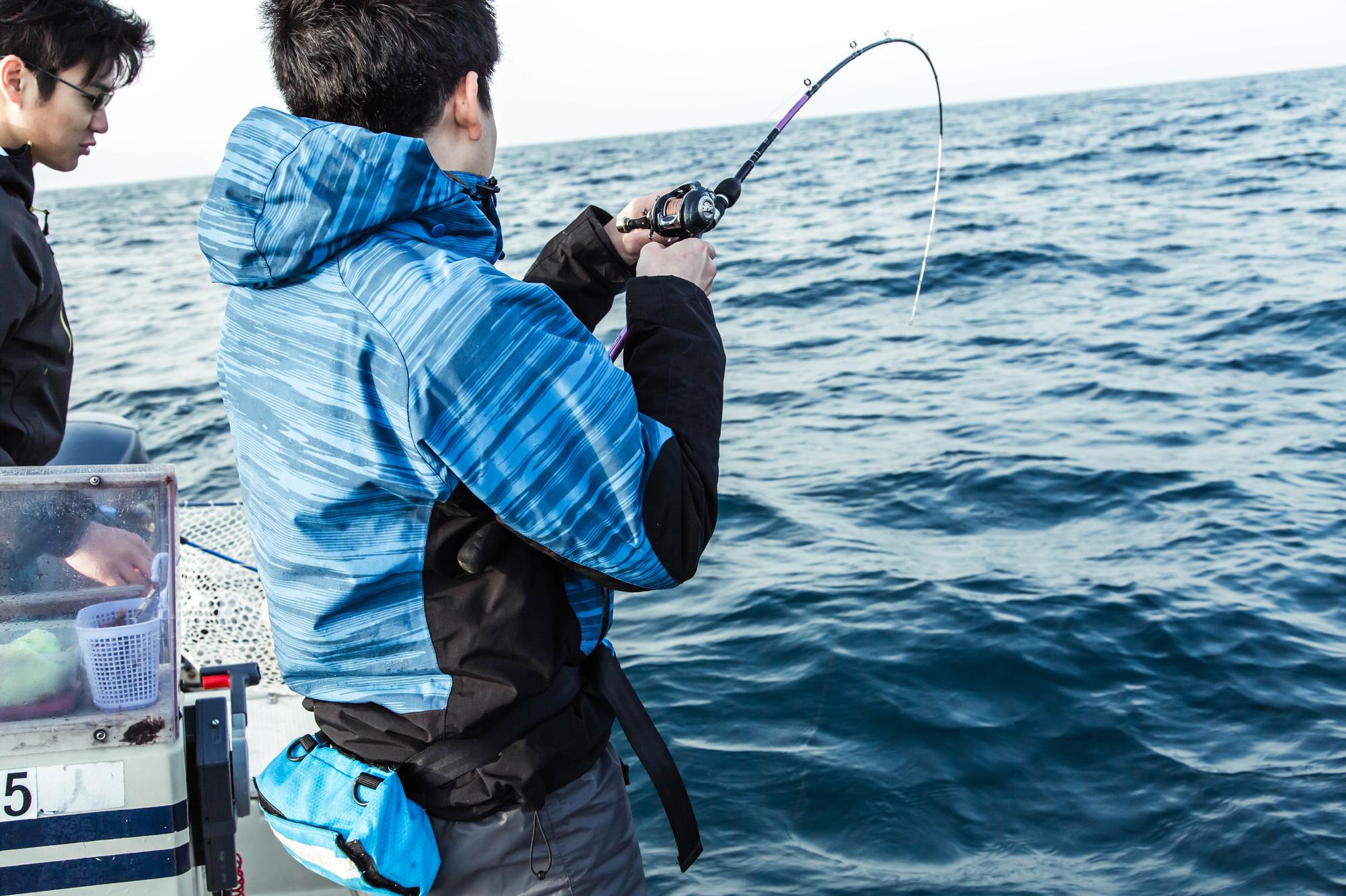 船上で釣りを楽しんでいる風景