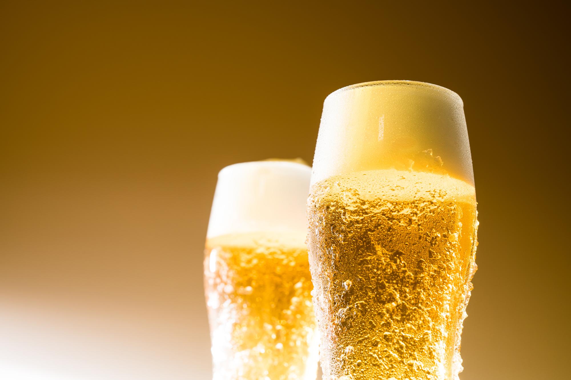 グラスに注がれた美味しそうなビール