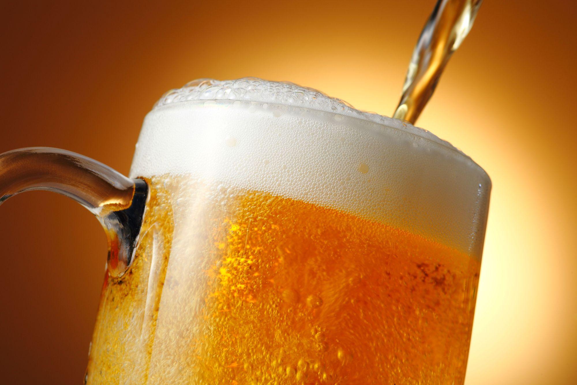 ジョッキにビールが注がれている様子