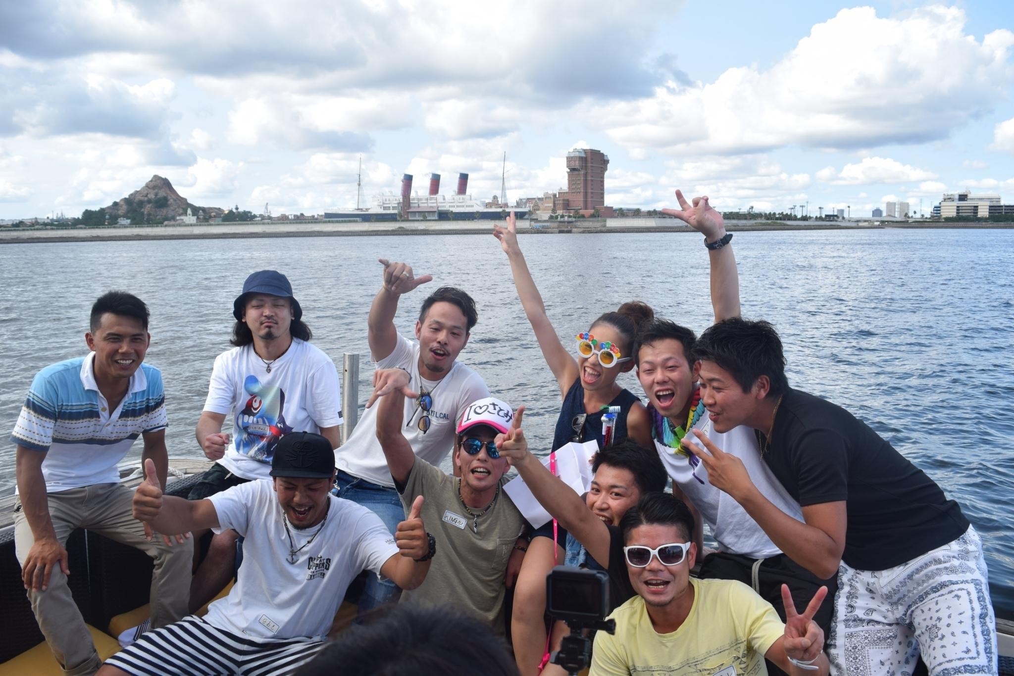 船上で楽しそうに集まる仲間