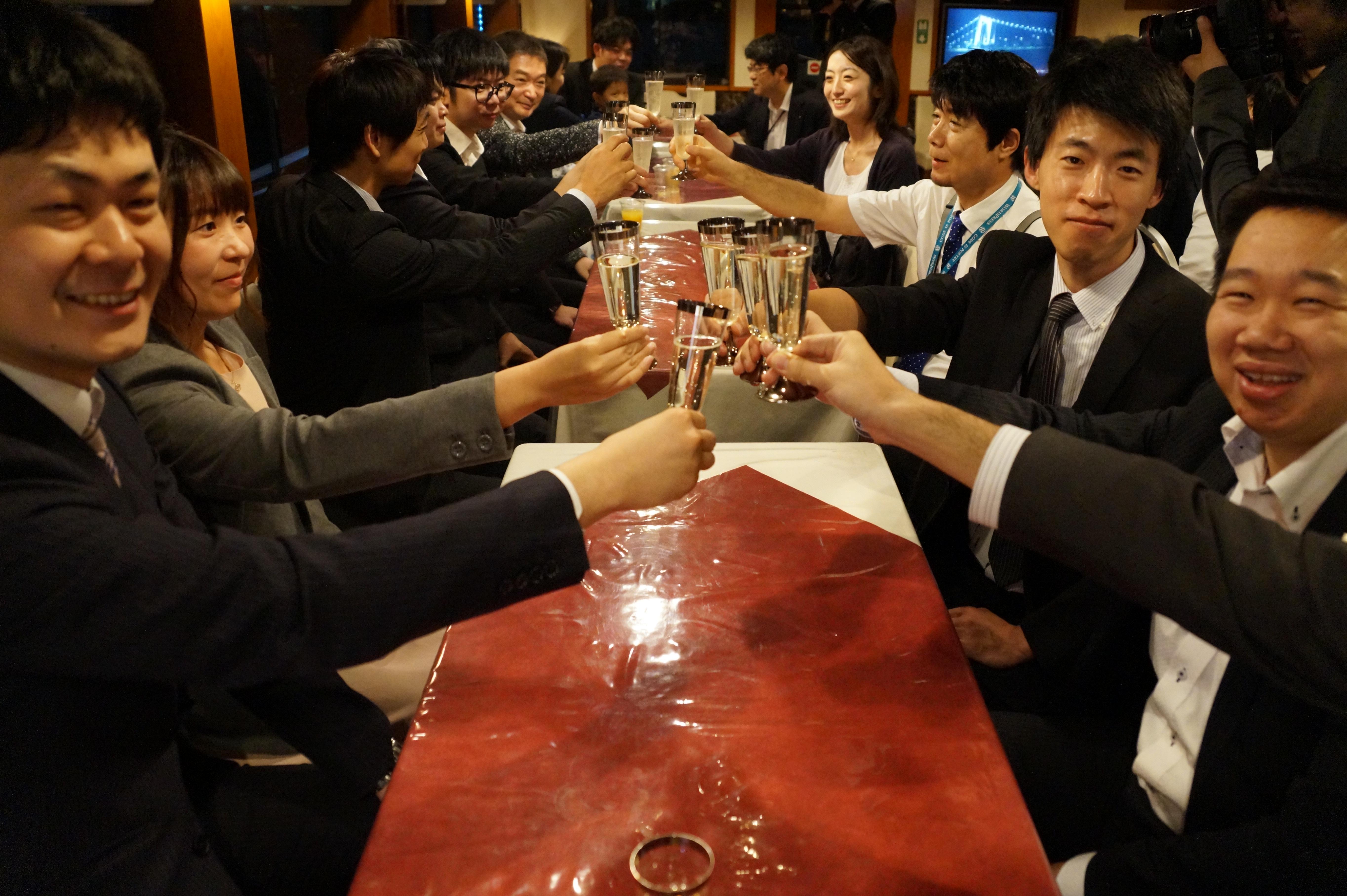 会社の飲み会で乾杯している風景