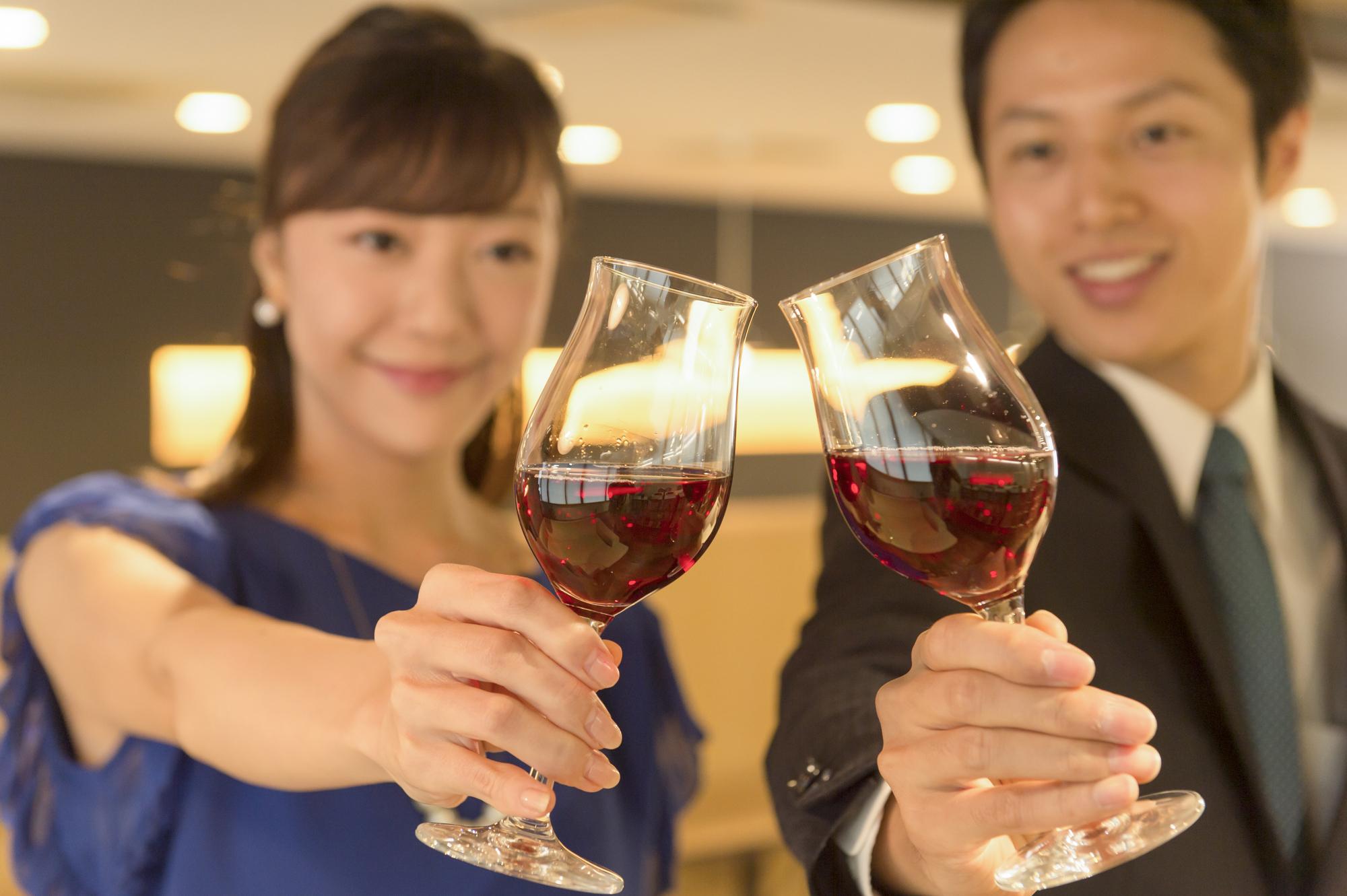 男女がワインで乾杯している風景