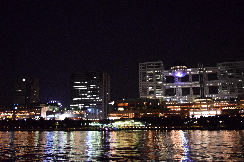 湾上から見た夜のフジテレビ社屋