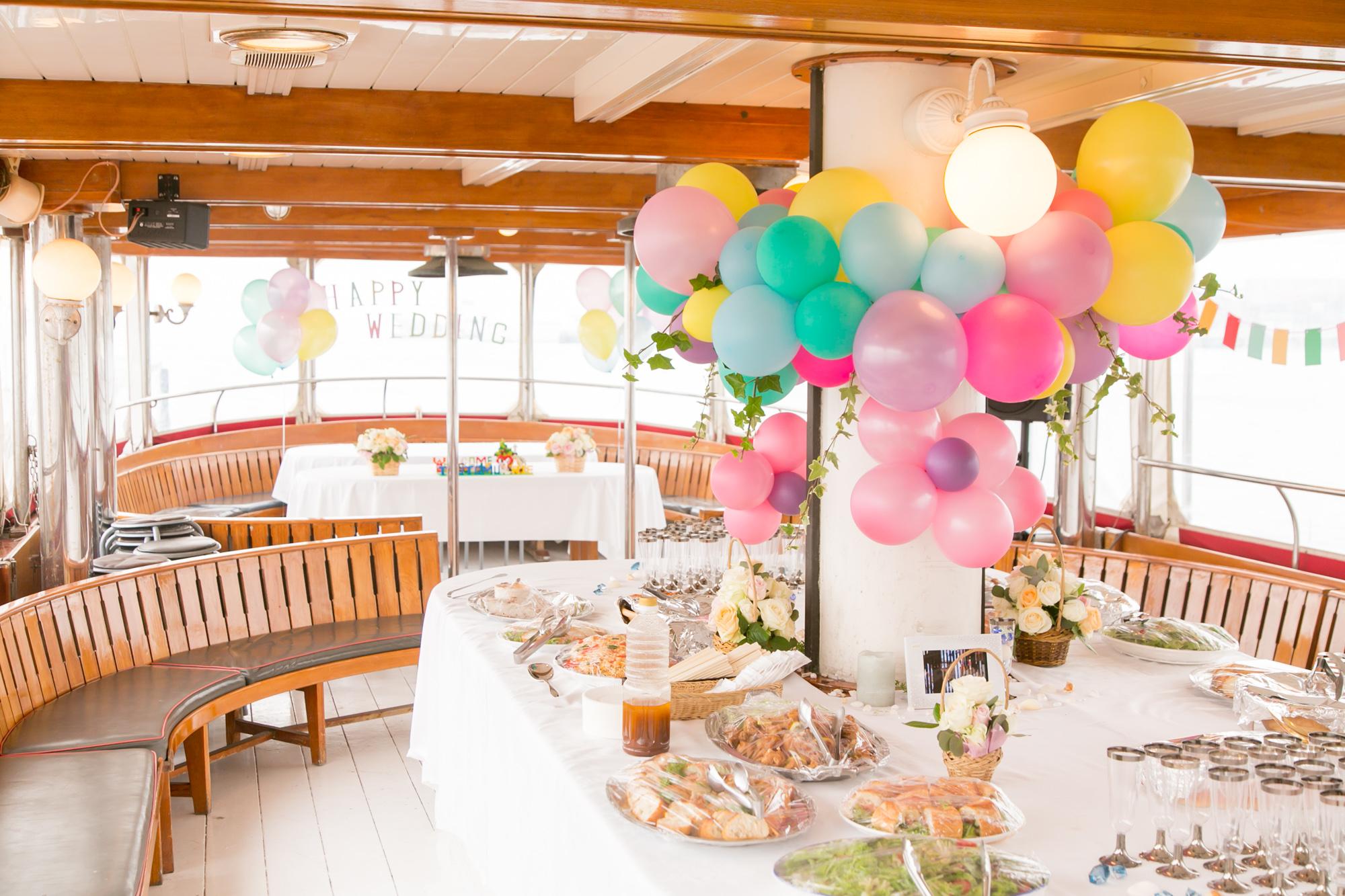 バルーンで装飾された船内のパーティー会場